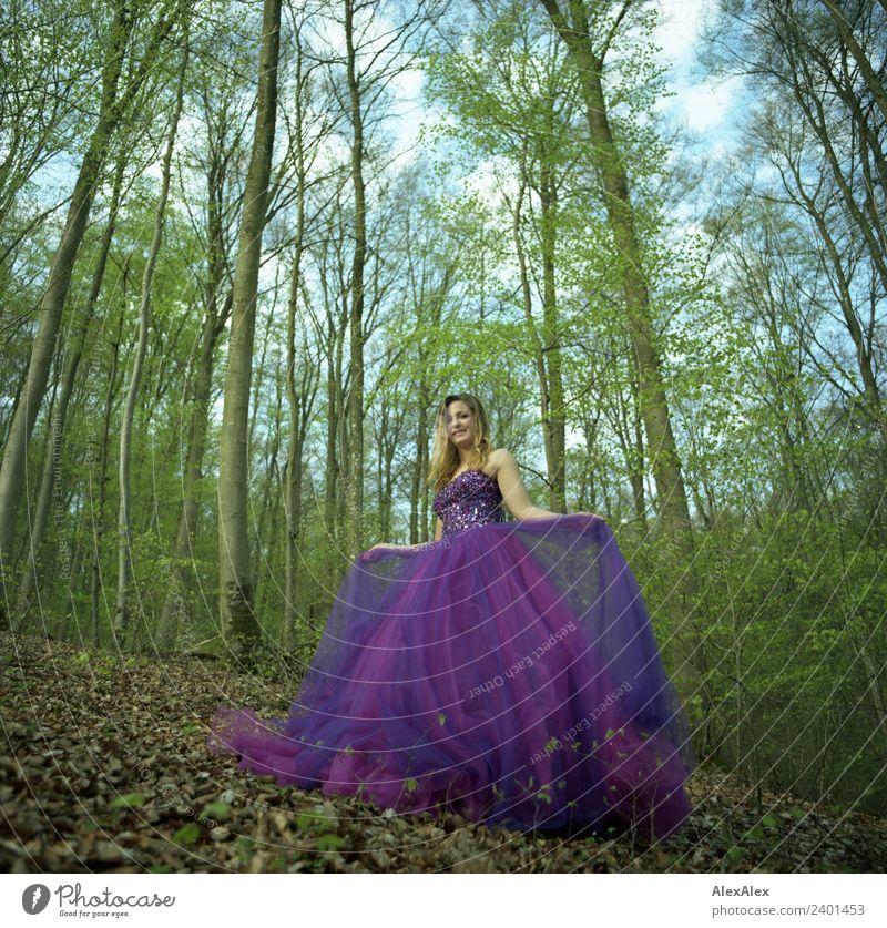 Fee in lila Brautkleid im Wald - Lila Laune Waldfee Natur Jugendliche Junge Frau schön Baum Blatt 18-30 Jahre Erwachsene Lifestyle feminin Stil außergewöhnlich