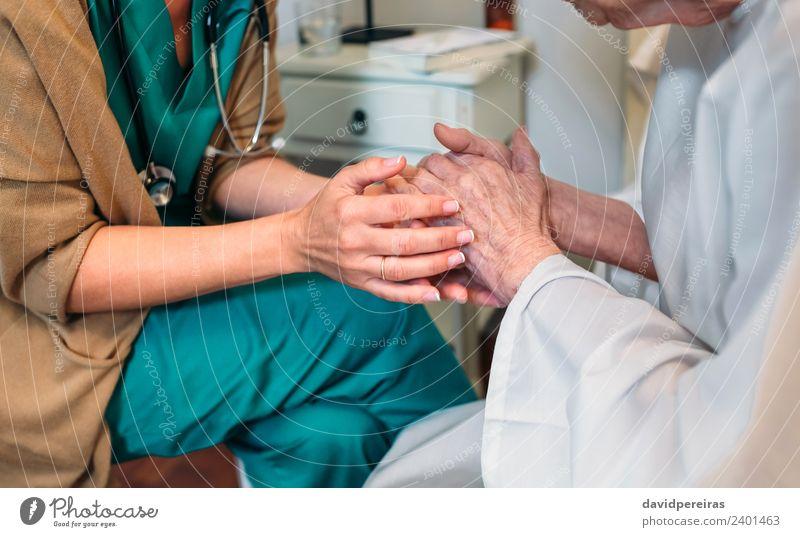 Arzt, der ältere Patienten ermutigt. Krankheit Medikament Krankenhaus sprechen Mensch Frau Erwachsene Hand alt authentisch Freundlichkeit Vertrauen Mitgefühl