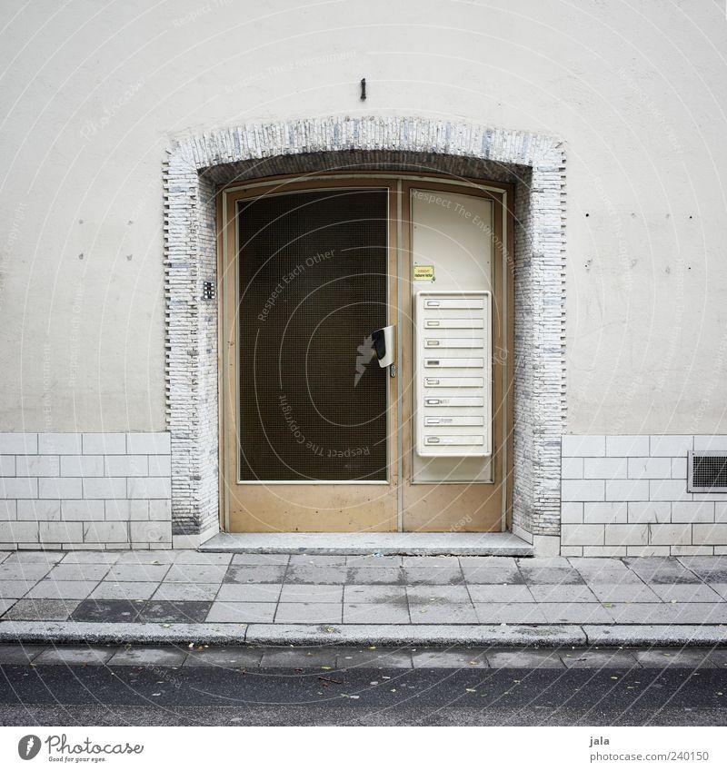 eingang Haus Bauwerk Gebäude Architektur Mauer Wand Fassade Tür Briefkasten Straße Bürgersteig trist grau schwarz Farbfoto Außenaufnahme Menschenleer