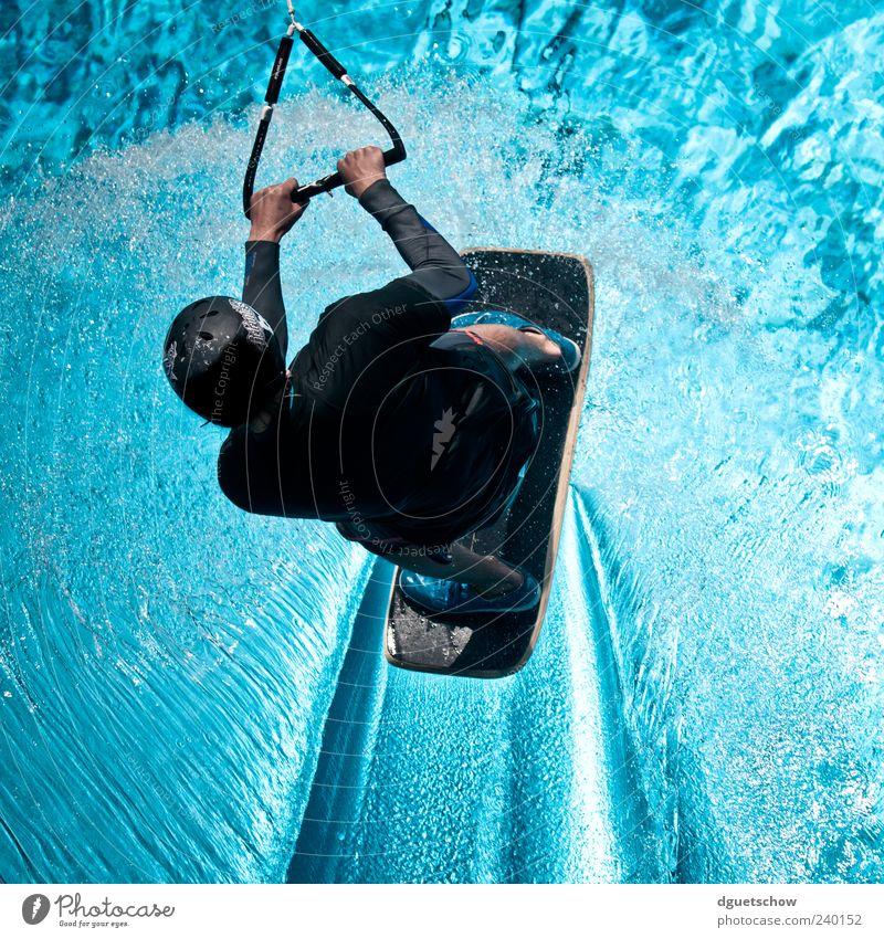 Wakeskater Mensch Jugendliche blau Wasser Freude Sport Freizeit & Hobby Junger Mann maskulin fahren festhalten sportlich Gleichgewicht Wasseroberfläche Sportler