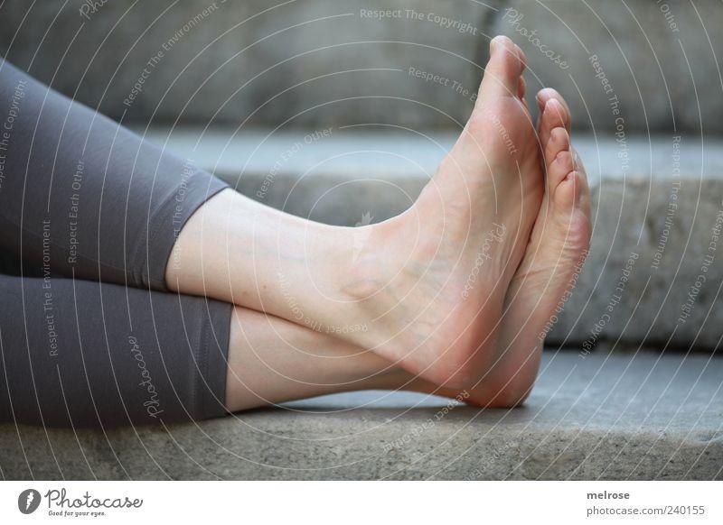""""""" chillen """" Mensch Frau Erholung ruhig Erwachsene feminin grau Stein Beine Fuß Treppe Zufriedenheit sitzen Wohlgefühl Barfuß Zehen"""