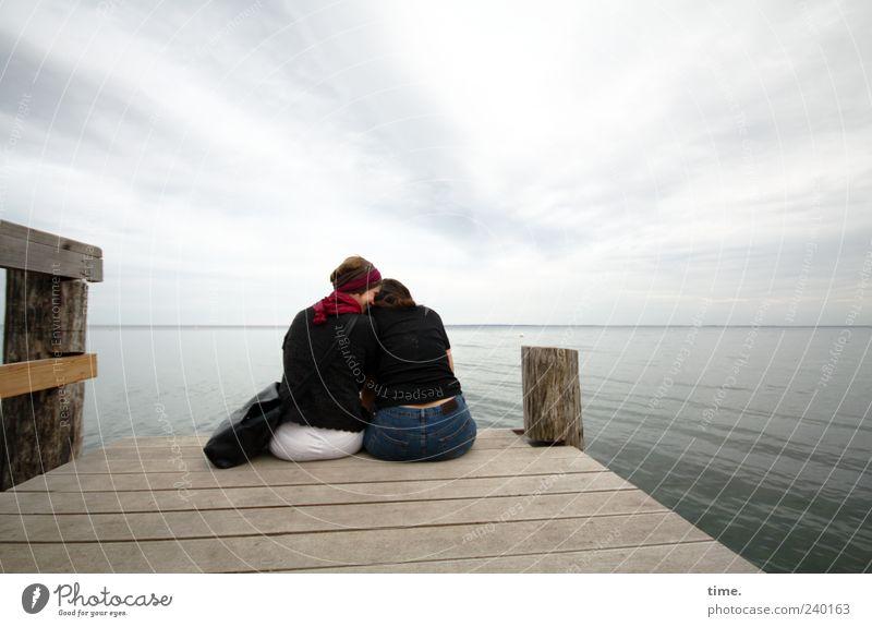 Das Geheimnis Mensch feminin Frau Erwachsene Rücken 2 45-60 Jahre Landschaft Himmel Horizont Küste Freundschaft Vertrauen Rückansicht sitzen Steg nah