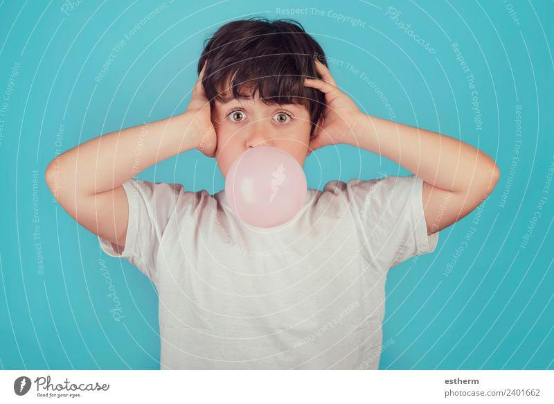 Kind mit Kaugummi im Mund auf blauem Hintergrund Lebensmittel Süßwaren Lifestyle Freude Mensch maskulin Kleinkind Kindheit 1 8-13 Jahre Bewegung Fitness Lächeln