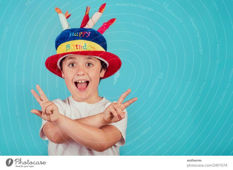 glücklicher Junge mit Geburtstagshut auf blauem Hintergrund Lifestyle Freude Party Veranstaltung Feste & Feiern Jahrmarkt Mensch maskulin Kind Kleinkind