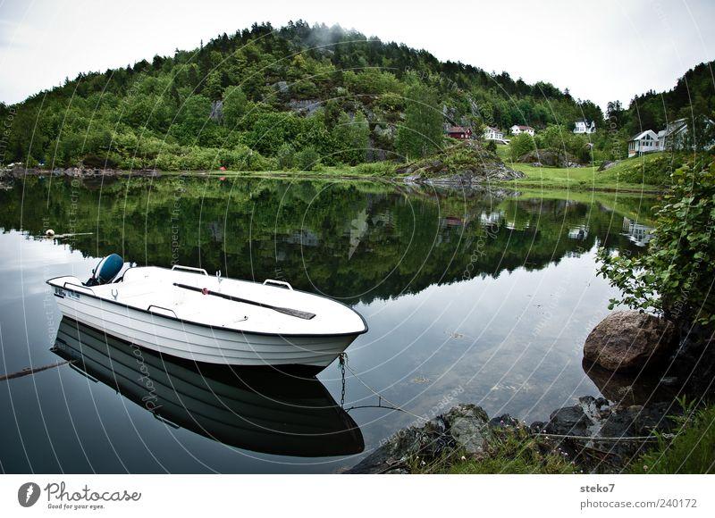 Spiegelsee Wald Hügel Seeufer Haus Ruderboot grün weiß ruhig stagnierend Norwegen Reisefotografie Postkarte ankern Farbfoto Außenaufnahme Menschenleer Morgen