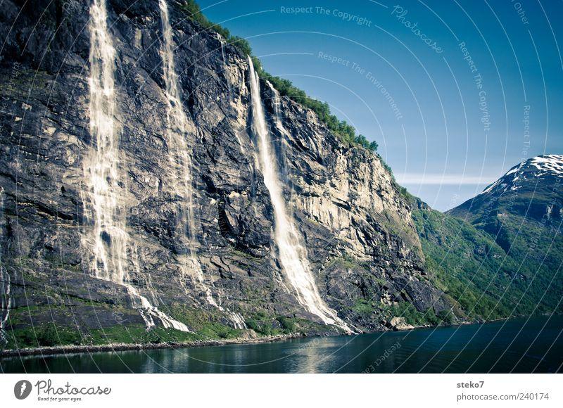 Bergspülung Wasser Wolkenloser Himmel Schneebedeckte Gipfel Fjord Wasserfall blau grau grün Ferien & Urlaub & Reisen Geirangerfjord Norwegen Postkarte Farbfoto