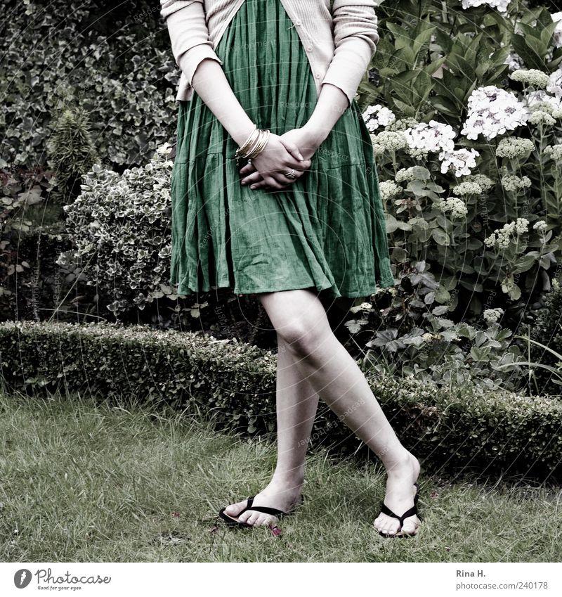 X Mensch Jugendliche grün Blume Erwachsene feminin Gras Garten Beine hell Junge Frau warten 18-30 Jahre stehen Kleid dünn