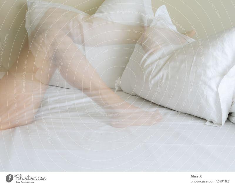 Flüchtig Bett Mensch feminin Junge Frau Jugendliche Beine Fuß 1 18-30 Jahre Erwachsene liegen schön weiß Kissen nackt Nackte Haut Farbfoto Innenaufnahme