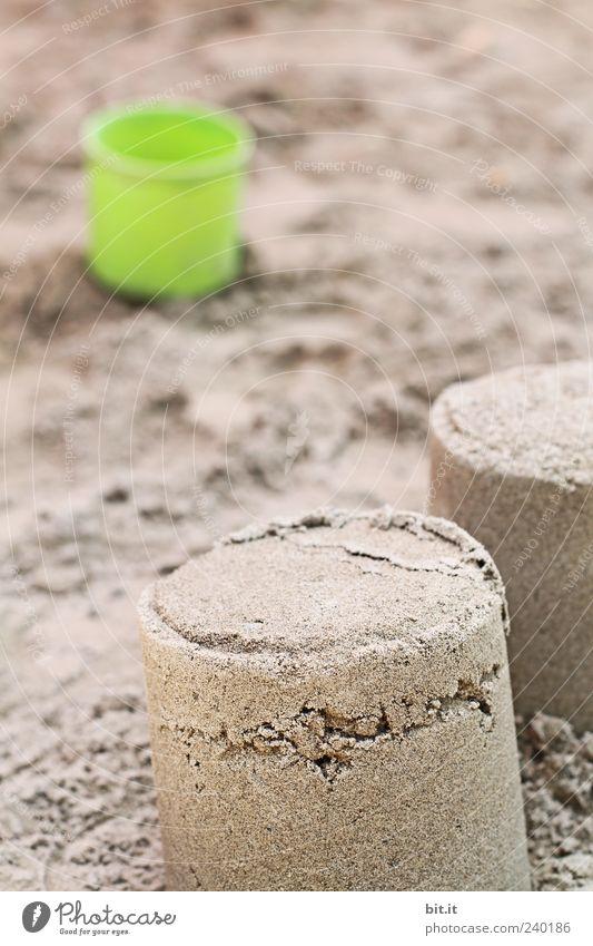 am hiesigen Strand... Spielen Sand braun natürlich Kunststoff Spielzeug Spielplatz Kinderspiel Eimer Sandkasten Sandburg Tiefenschärfe Sandkuchen Sandspielzeug