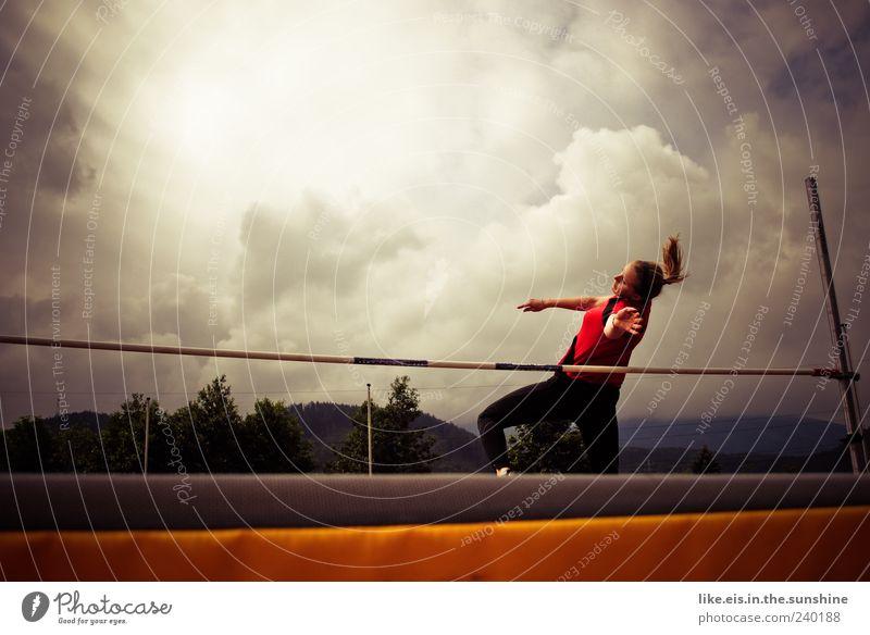 legen wir die latte mal höher Mensch Jugendliche Hand weiß Wolken Erwachsene Sport Bewegung springen Junge Frau Energie 18-30 Jahre Fitness sportlich Mut Sport-Training