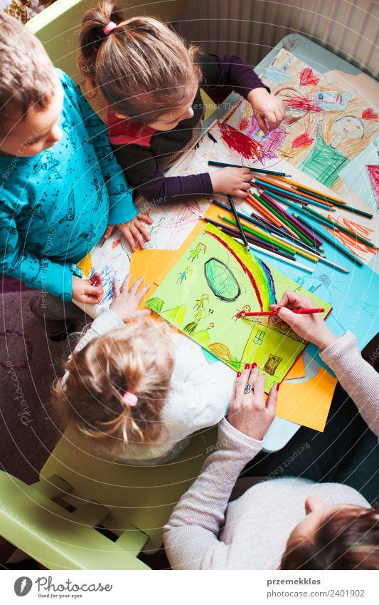 Mama mit ihren kleinen Kindern beim Zeichnen der Bilder Lifestyle Freude Glück Handarbeit Tisch Kinderzimmer Kindererziehung Bildung Kindergarten Schule Mensch