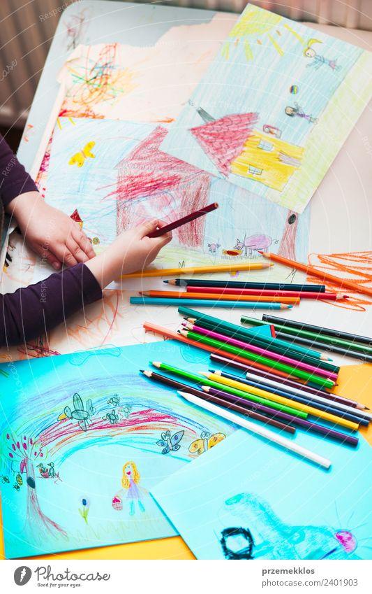 Kreiden, die auf dem Schreibtisch verstreut sind, gefüllt mit bunten Zeichnungen. Lifestyle Freude Glück Handarbeit Tisch Bildung Kindergarten Schule Mädchen 1
