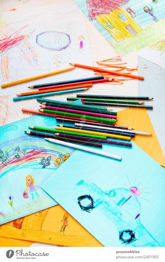 Kreiden, die auf dem Schreibtisch verstreut sind, gefüllt mit bunten Zeichnungen. Lifestyle Freude Glück schön Handarbeit Tisch Bildung Kindergarten Schule