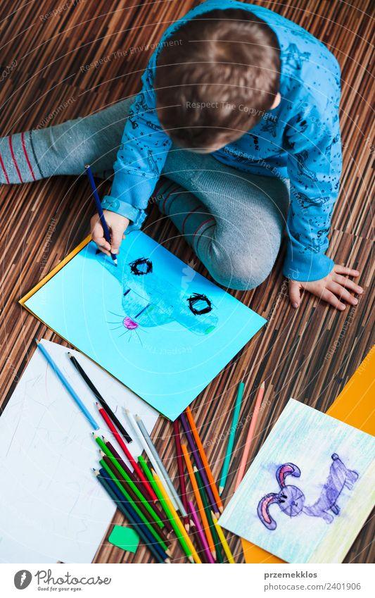 Kleiner Junge zeichnet ein buntes Bild Lifestyle Freude Handarbeit Bildung Kindergarten Schule Handwerk Mensch Familie & Verwandtschaft 3-8 Jahre Kindheit Kunst