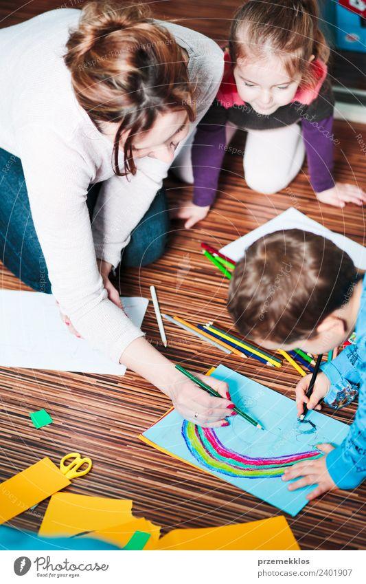 Frau Kind Mensch Farbe Hand Freude Mädchen Erwachsene Lifestyle Familie & Verwandtschaft Junge Glück klein Kunst Schule Zusammensein