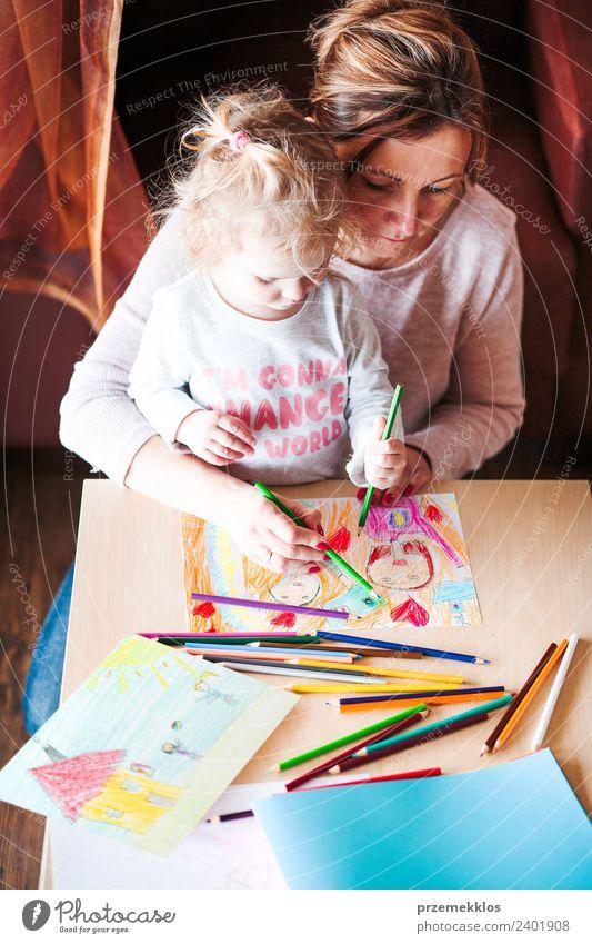 Frau Kind Mensch Farbe Hand Freude Mädchen Erwachsene Lifestyle Familie & Verwandtschaft Glück klein Kunst Schule Zusammensein Kindheit