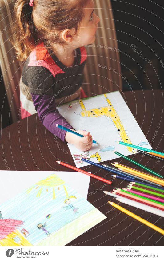 Kleines Mädchen zeichnet die bunten Bilder Lifestyle Freude Glück Handarbeit Tisch Bildung Kindergarten Schule Handwerk Kindheit 1 Mensch 3-8 Jahre Kunst