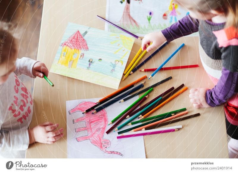 Kleine Mädchen, die die bunten Bilder zeichnen. Lifestyle Freude Glück Handarbeit Tisch Kindergarten Schule Handwerk Mensch Familie & Verwandtschaft Kindheit 2