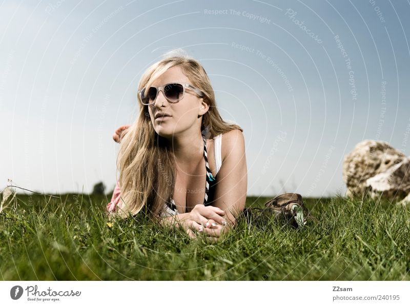 genießerin Mensch Jugendliche schön Sommer Freude ruhig Erwachsene Erholung Wiese feminin Gras Freiheit Stil Junge Frau Zufriedenheit blond