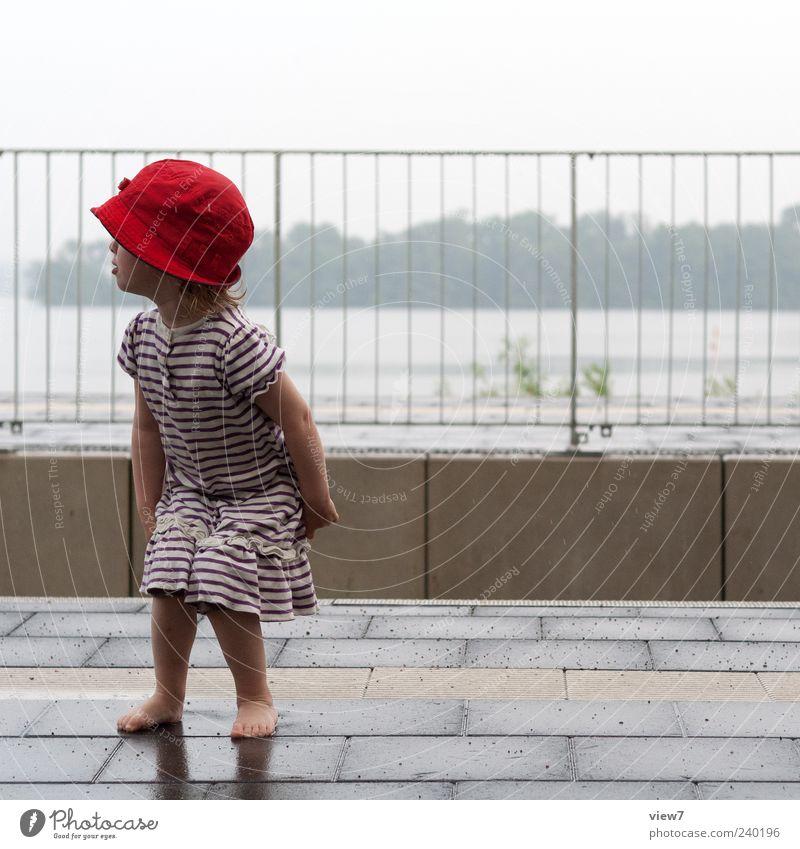 Ein Zug wird kommen ... Mensch Kleinkind Mädchen 1 1-3 Jahre Himmel schlechtes Wetter Regen Verkehr Bahnhof Bahnsteig Kleid Hut Mütze Linie Streifen beobachten