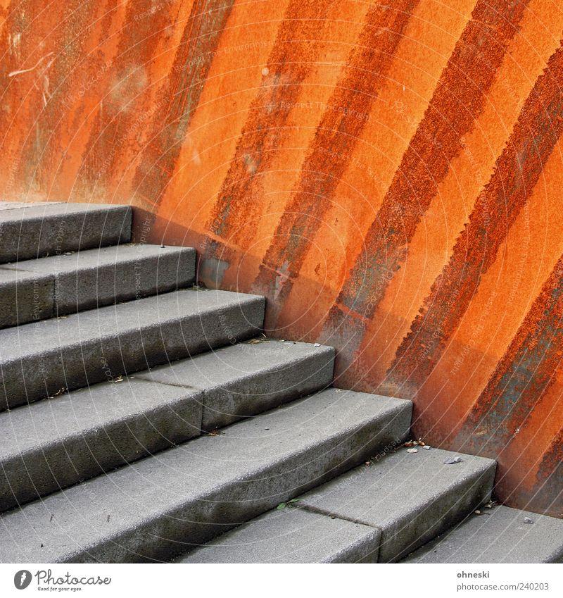 Treppe vor Rost Mauer Wand Beton Metall Stahl Linie Streifen alt Verfall Farbfoto Außenaufnahme Muster Strukturen & Formen Menschenleer Textfreiraum oben