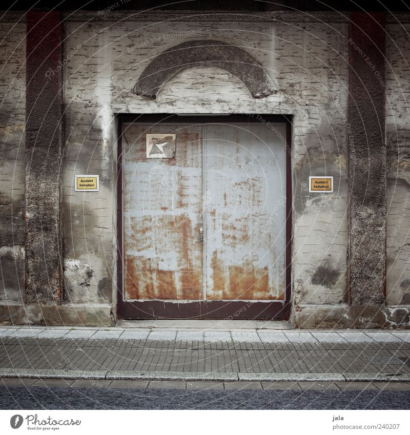 ausfahrt Haus Bauwerk Gebäude Architektur Mauer Wand Fassade Tor Garage Ausfahrt Straße Wege & Pfade Bürgersteig trist grau Farbfoto Außenaufnahme Menschenleer