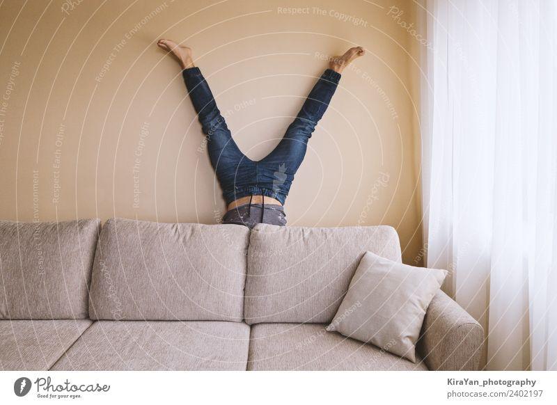 Erwachsener Mann steht auf dem Kopf hinter dem Sofa im Raum. Lifestyle Gesundheitswesen Alternativmedizin sportlich Fitness Freizeit & Hobby Wohnung Party