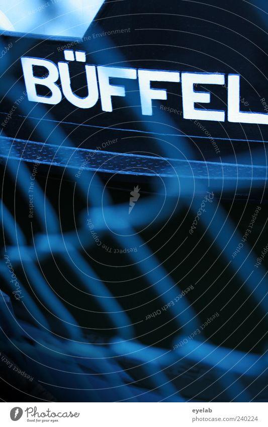 -Herde Wasserfahrzeug Zeichen Schriftzeichen Schilder & Markierungen dunkel blau weiß Büffel Netz Bordwand Reling Farbfoto Außenaufnahme Nahaufnahme