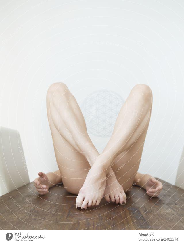 Frau liegt mit gekreuzten Beinen auf einem Holztisch nackt schön Erholung Freude Erwachsene natürlich feminin Fuß liegen ästhetisch Kraft sportlich stark dünn
