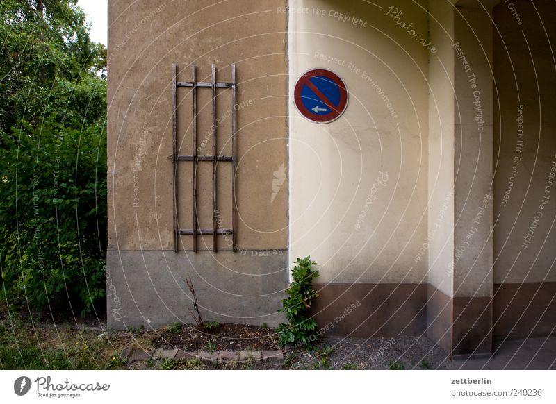 Tordurchfahrt Haus Wand Wege & Pfade Mauer Fassade trist Durchgang Gesetze und Verordnungen Parkverbot Halteverbot