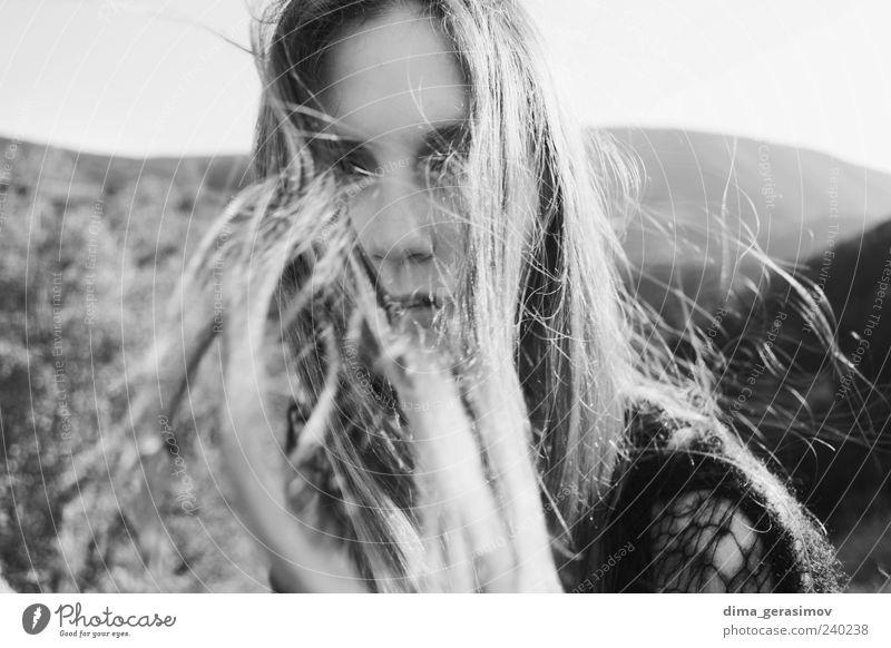 Bearbeiten Haare & Frisuren feminin Junge Frau Jugendliche Auge 1 Mensch 18-30 Jahre Erwachsene Pullover Lächeln dünn schön Schwarzweißfoto Außenaufnahme