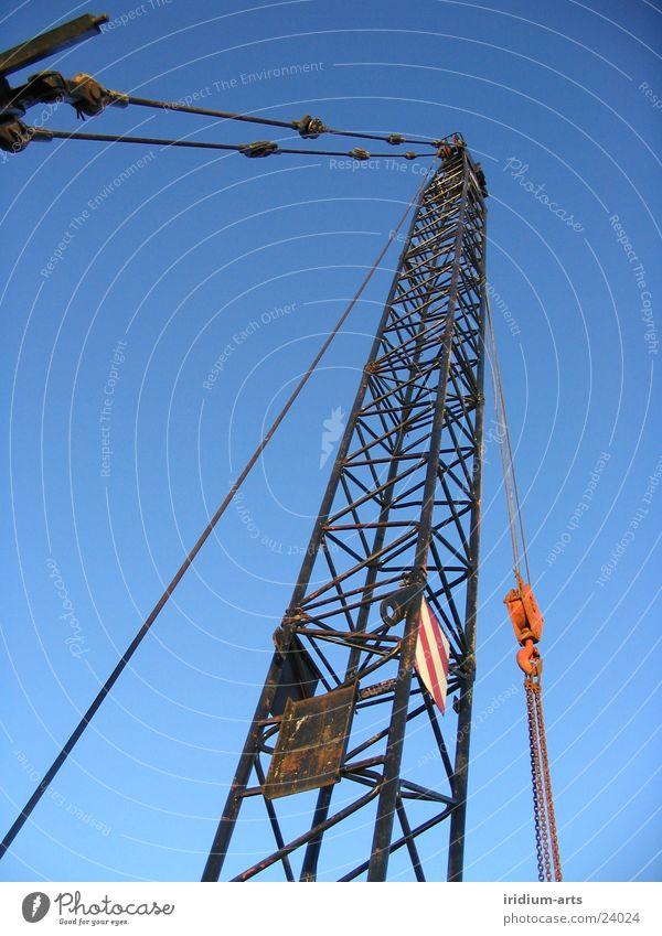 constructing the sky Kran Stahl Hochformat Industrie Kranarm Metall Himmel blau hoch