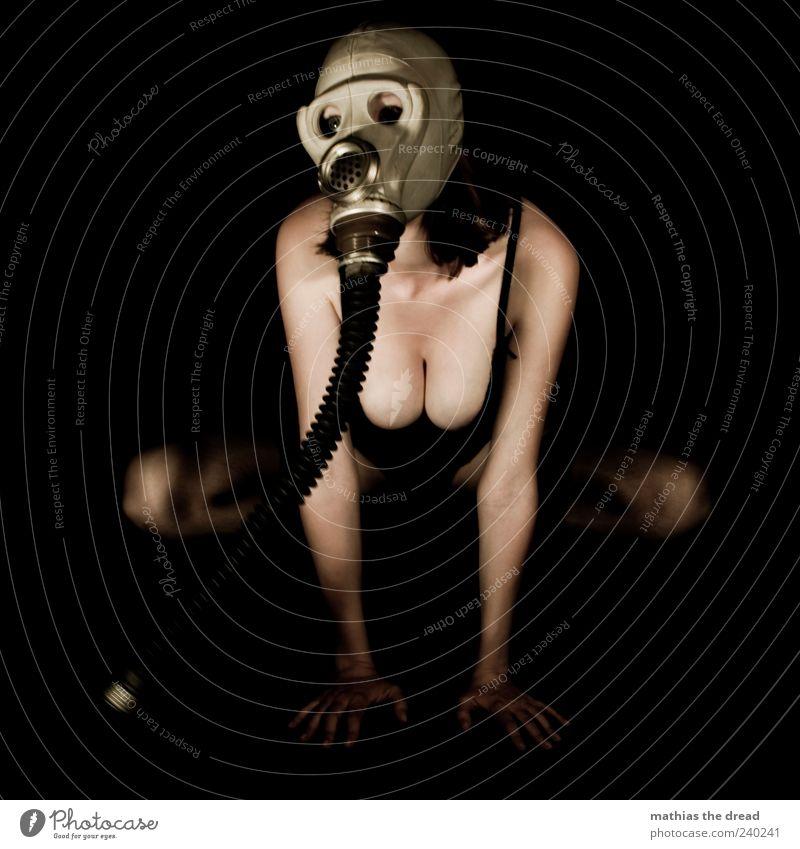 AKT III Mensch Jugendliche schön Junge Frau außergewöhnlich Haut einzigartig Brust Unterwäsche hocken Atemschutzmaske Frau Dekolleté lasziv Schutzbekleidung aufstützen