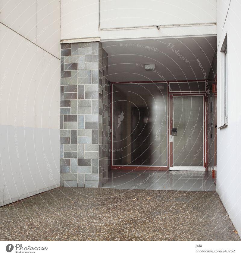 notausgang Haus Bauwerk Gebäude Architektur Mauer Wand Fassade Fenster Tür trist grau Farbfoto Außenaufnahme Menschenleer Tag Eingangstür