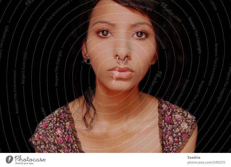 Blick ins Leere... Gesicht Junge Frau Jugendliche Erwachsene Auge 1 Mensch 18-30 Jahre Schmuck Piercing Gefühle Farbfoto Innenaufnahme Textfreiraum links