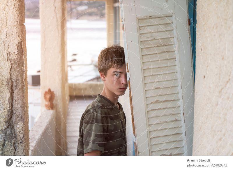 Porträt in Ruine Ferien & Urlaub & Reisen Jugendliche Mann Sommer schön Meer Erwachsene Junge Ausflug Abenteuer Platz Model selbstbewußt hinten Fensterladen