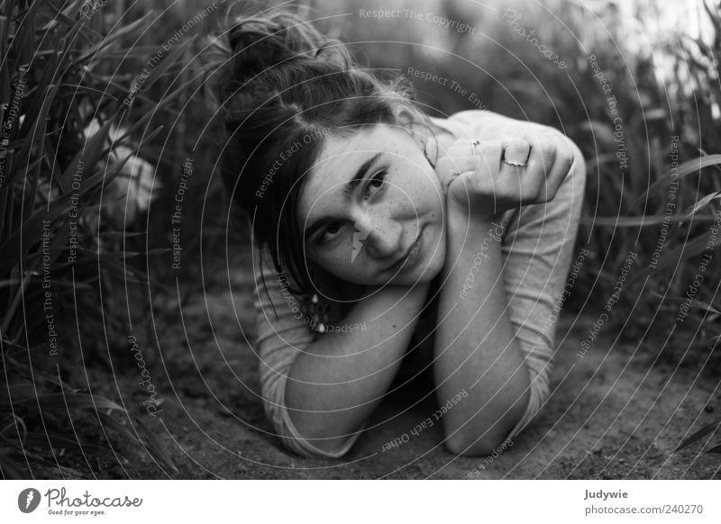In Gedanken woanders Mensch Jugendliche schön Sommer ruhig Erholung feminin Gefühle Denken Junge Frau Zufriedenheit Feld liegen natürlich Bekleidung Warmherzigkeit