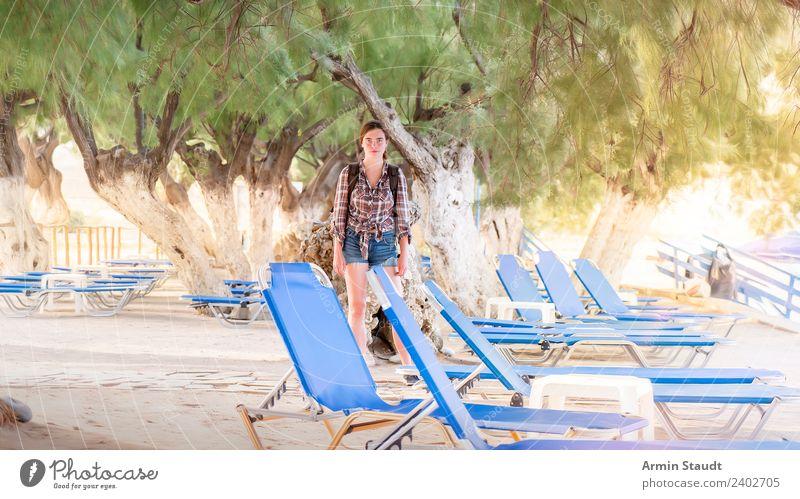 Zwischen Sonnenliegen Frau Mensch Natur Ferien & Urlaub & Reisen Jugendliche Junge Frau Landschaft Baum Meer Erholung ruhig Strand 18-30 Jahre Erwachsene