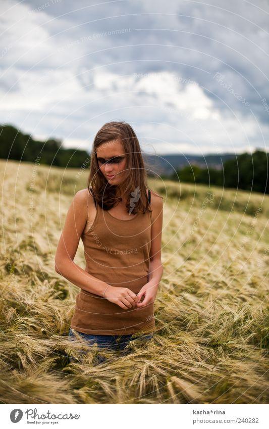 mystic Mensch Jugendliche Sommer Wolken Erwachsene feminin Gefühle Feld 18-30 Jahre dünn Junge Frau brünett Surrealismus langhaarig Natur Scheitel