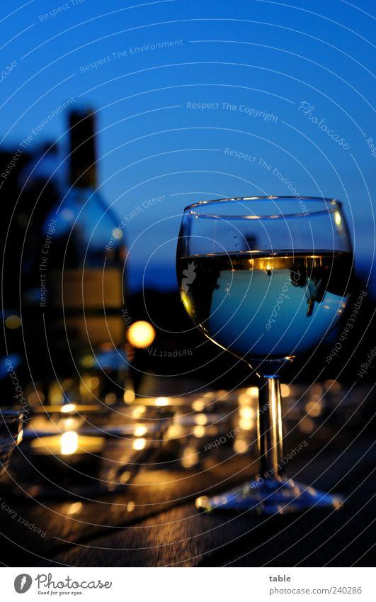 Sommerabend Lebensmittel Getränk Alkohol Wein Weißweinflasche Weinglas Lifestyle Stil Wohlgefühl Zufriedenheit Himmel Schönes Wetter Teelicht Holz Glas glänzend