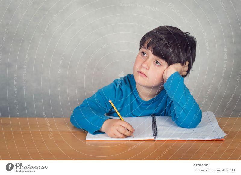 trauriger und nachdenklicher Junge mit einem Buch auf dem Tisch Lifestyle Bildung Schule lernen Schulkind Schüler Mensch maskulin Kind Kleinkind Kindheit 1