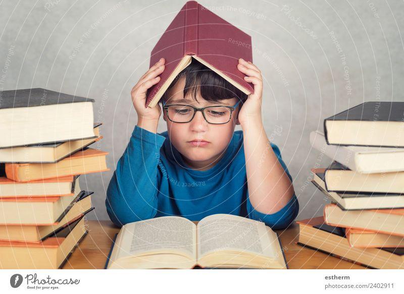 trauriger und nachdenklicher Junge mit Büchern auf dem Tisch Lifestyle Bildung Schule lernen Schulkind Schüler Mensch maskulin Kind Kleinkind Kindheit 1