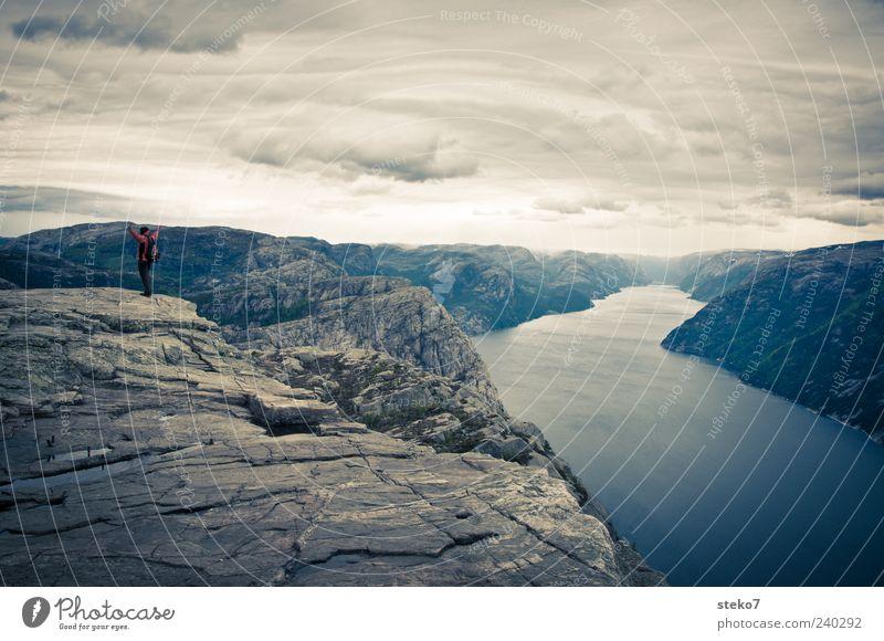 Plateau 1 Mensch Felsen Berge u. Gebirge Gipfel Fjord Freude Kraft Abenteuer Ferne Ziel Norwegen Lysefjord wandern Stolz Gedeckte Farben Außenaufnahme