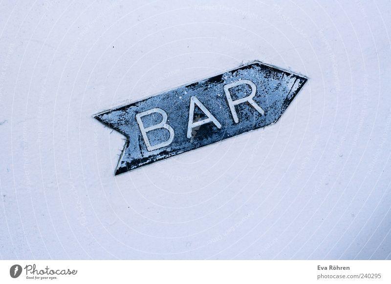 Der Weg zur Bar weiß blau Wand hell Beton Schilder & Markierungen Fassade Schriftzeichen Gastronomie Pfeil Hinweisschild aufwärts Typographie Wort zeigen