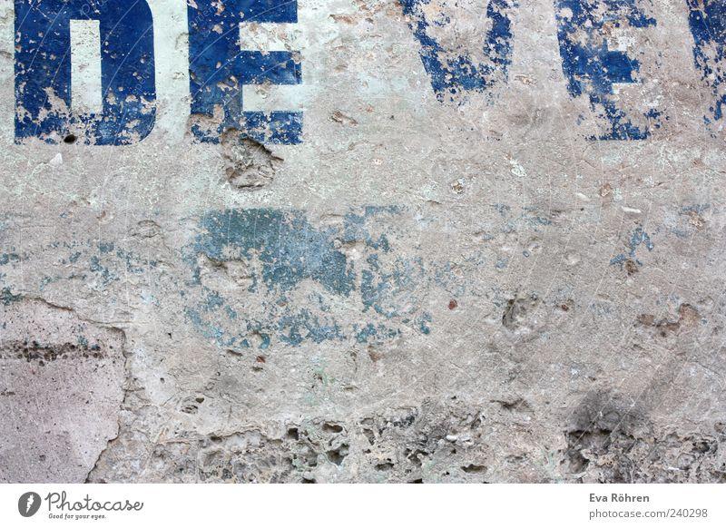 Wand alt blau Wand grau Stein Mauer Beton Fassade Schriftzeichen Vergänglichkeit verfallen Verfall Bauwerk Typographie Zerstörung verwittert