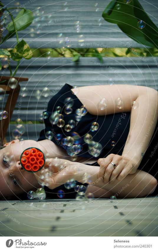 feste pusten Freizeit & Hobby Spielen Sommer Mensch 1 Schönes Wetter Blatt Seifenblase liegen frei rund Bodenbelag Farbfoto Außenaufnahme Tag Oberkörper machen