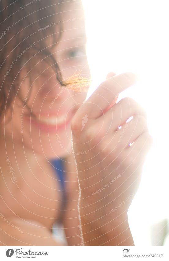 Smile for the Sun Mensch Frau Jugendliche Hand schön Gesicht Erwachsene feminin Haare & Frisuren Stil Junge Frau gold glänzend 18-30 Jahre Finger weich