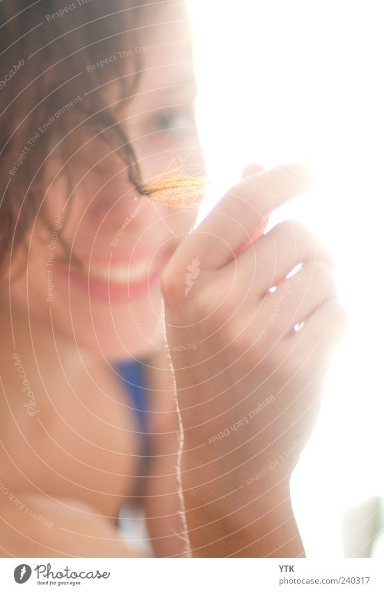 Smile for the Sun Stil schön Haare & Frisuren Mensch feminin Junge Frau Jugendliche Erwachsene Gesicht Hand Finger 1 18-30 Jahre weich gold Blick Locken
