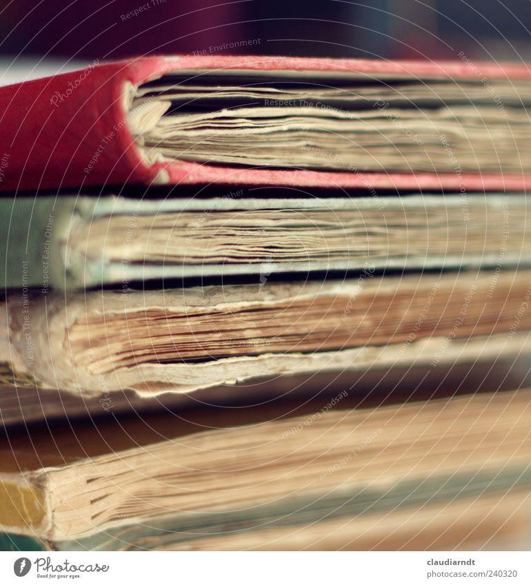 Flohmarktliteratur Bildung Printmedien Buch alt kaputt Papier Stapel antiquarisch Antiquariat Literatur Buchseite gebraucht Farbfoto Nahaufnahme Detailaufnahme