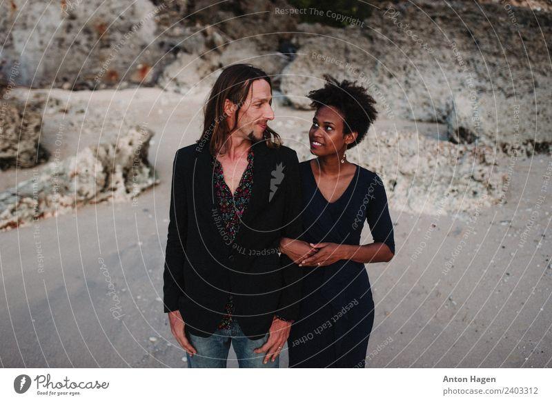 Gemischtes Rennpaar am Strand, Flitterwochen Mensch Junge Frau Jugendliche Junger Mann Paar Partner 2 18-30 Jahre Erwachsene 30-45 Jahre Lächeln elegant